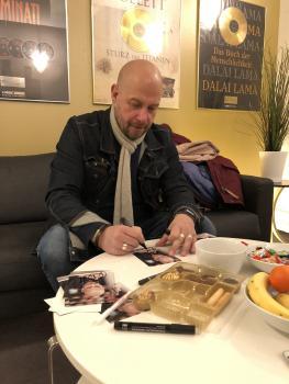 Thomas Balou Martin beim Autogramme schreiben
